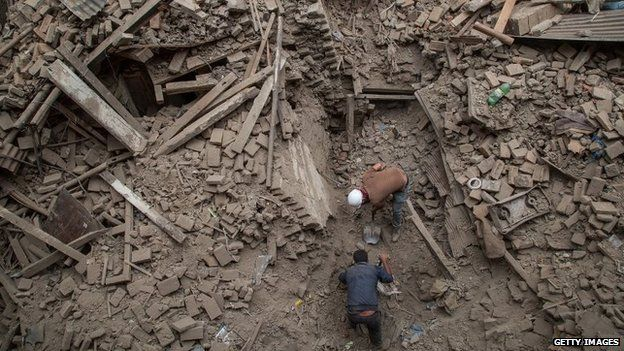 Men dig through rubble in Bhaktapur, Nepal (26 April 2015)