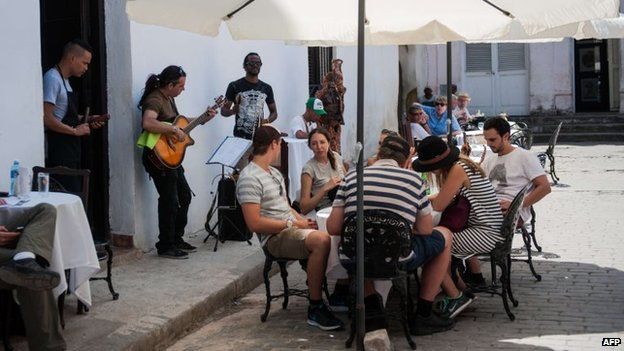 Tourists from the United States eat at a restaurant in Havana, on April 6, 2015