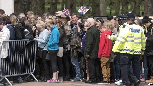 People queue outside Buckingham Palace to get a glimpse of the easel