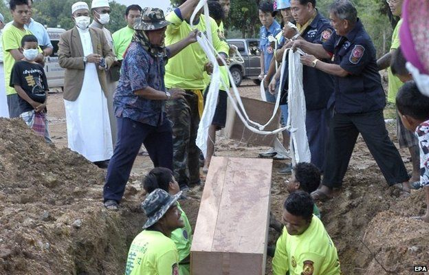 A body is exhumed from the grave in Songkhla province, southern Thailand (3 May 2015)
