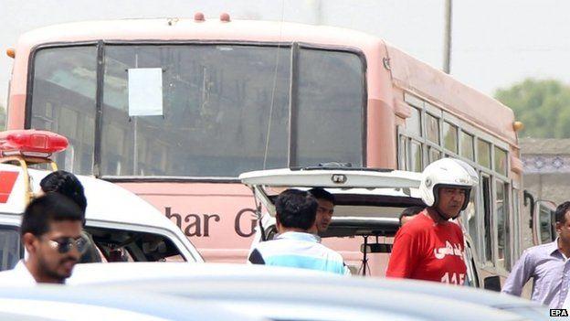 Equipes de resgate ficar ao lado do ônibus