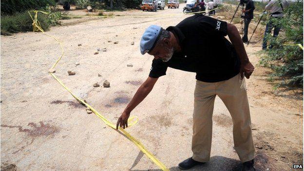 Autoridades de segurança paquistanesas inspecionar o local