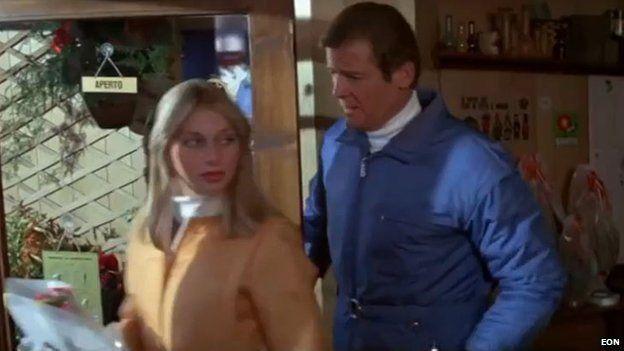 Roger Moore y Debbie Newsome