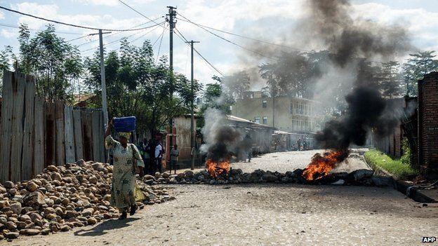 Burning barricades in Bujumbura on 14 May 2015