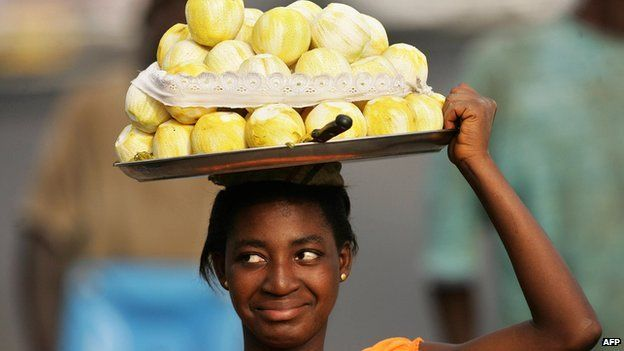 A Ghanaian vendor sells fruits in city center of Accra, 01 Feburary 2008, during the African Cup of Nations football championship. AFP PHOTO / ABDELHAK SENN