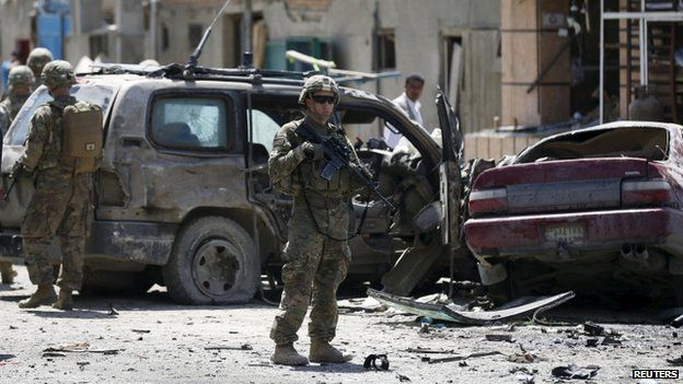 US soldiers arrive at the site of the attack in Kabul (17 May 2015)
