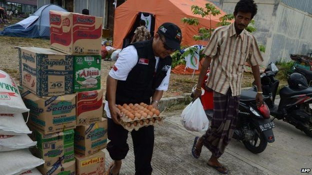 Officials sort donated food in Aceh, Indonesia (18 May 2015)