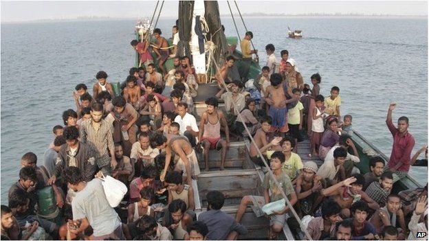 Migrants wait to be rescued off Aceh, Indonesia (20 May 2015)