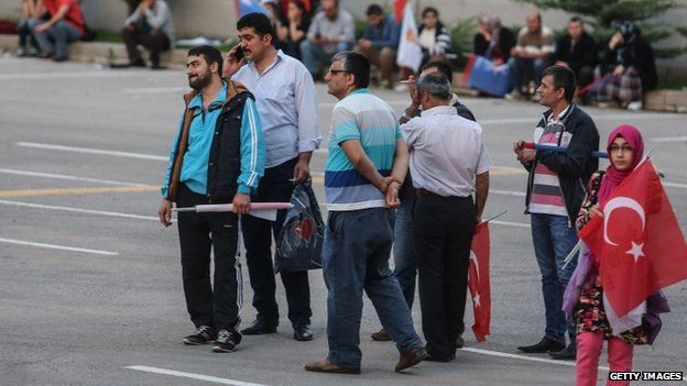 Supporters watch voting results outside the ruling AK Party headquarters in Ankara (07 June 2015)