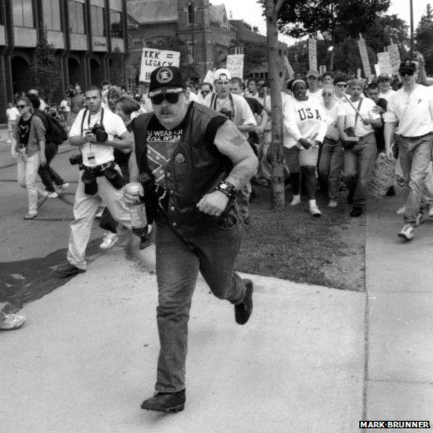 L'uomo corre dalla folla
