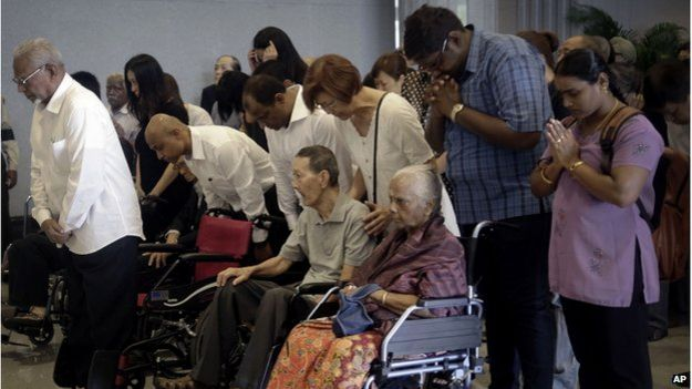 Lee Kuan Yew: Huge queue to view founder lying in state - BBC News