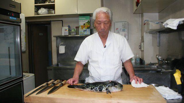 Chef Kunio Muria preparing to make fugu