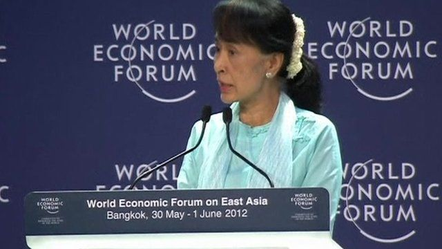 Myanmar democracy icon Aung San Suu Kyi (C) talks with delegates during the 21st World Economic Forum on East Asia in Bangkok