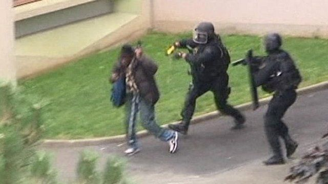 Police move in after Paris school siege