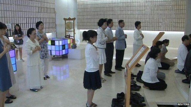 Church members mourns their leader at the Church's Seoul headquarters
