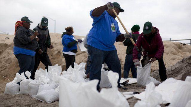 People bag sand for sandbags