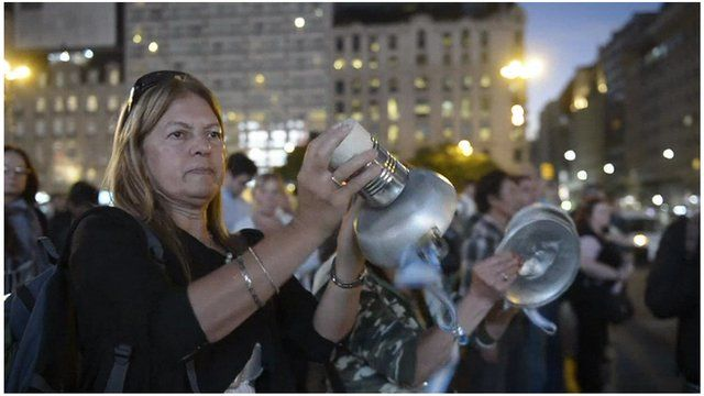 Argentines protesting by banging pans together