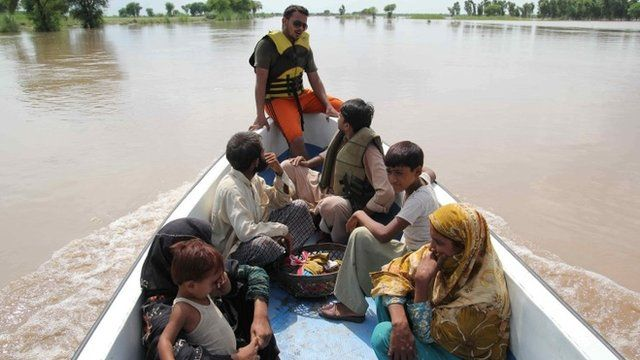 Pakistani flood-affected villagers are evacuated by rescuers in Billi Wala village near Multan on August 17, 2013
