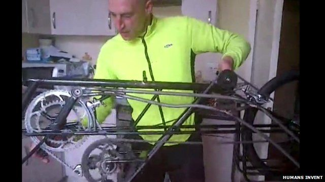 Graeme Obree showing how the cycle mechanism works on his bike Beastie