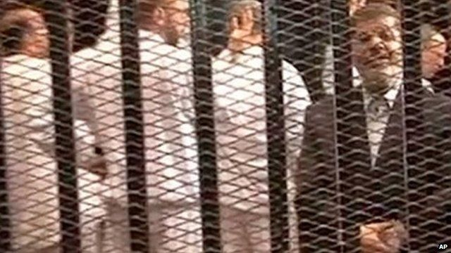Mohammed Morsi on trial in a Cairo courtroom on 4 November 2013