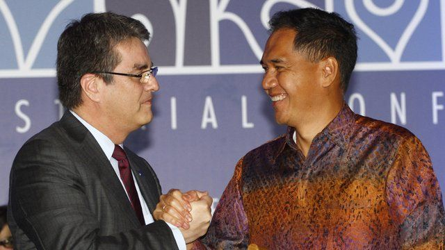 WTO Director-General Roberto Azevedo and Indonesian Trade Minister Gita Wiryawan shake hands after the trade deal announcement