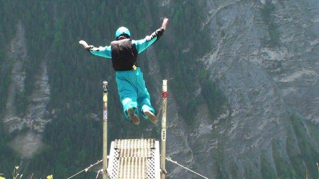 Justine Edde base jumping