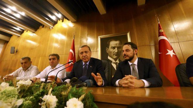 """Gün ışırken halka tekrar hitap eden cumhurbaşkanı, """"Ankara'da bir ufak sıkıntı var inşallah bu da aşılacak. Durum normalleşene kadar ayrılmak yok."""" dedi."""