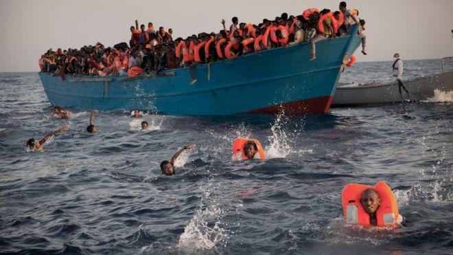 Migrantes son rescatados cerca de la costa de Libia