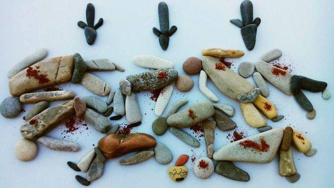 展現死者的鵝卵石藝術品