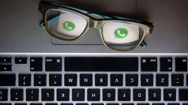 Logo do WhatsApp atrás de lentes de óculos