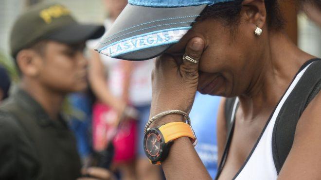 Una migrante cubana llora mientras es detenida en Colombia.