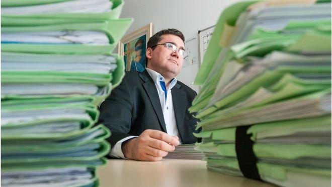 Jaime Klein en su escritorio.