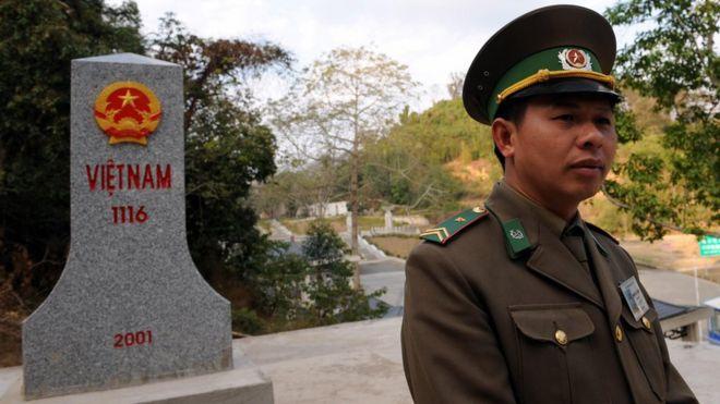 戰爭已經過去30年,中越兩國關係逐漸得到改善。圖為友誼關越南一側的界碑和越南邊界官員。(攝於2009年5月2日)