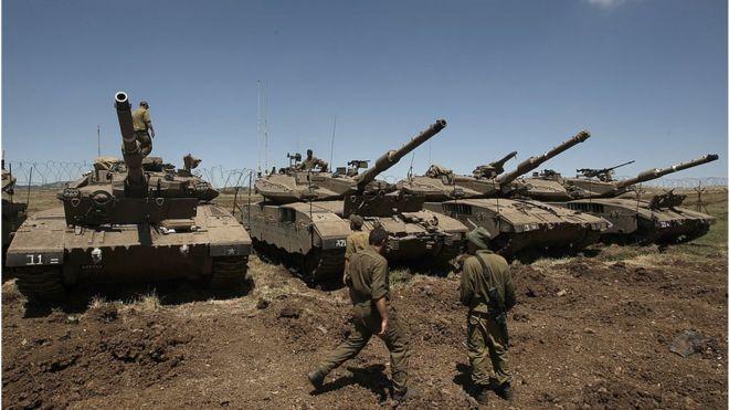 Soldados israelenses e tanques Merkava nas Colinas de Golã