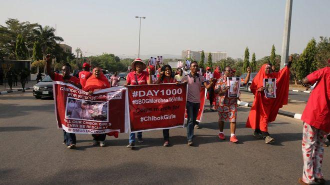 Xubnaha u ololeynaaya soo celiya gandheheena #BringBackOurGirls, oo Axaddii dibad bax ku qabtay Abuja. waxay maamuusayeen 1000 maalmood oo laga joogo markii la afduubtay gabdhihii Chibok.