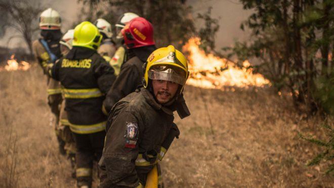 Bomberos combatiendo las llamas