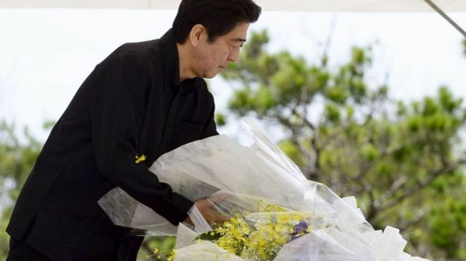 Prime Minister Shinzo Abe lays flowers in Itoman. 23 June 2015