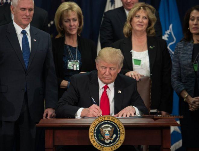 美国新总统特朗普签署行政命令