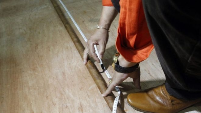 "The world""s longest cigar rolled up by Cuban Jose Castelar Cairo, known as ""Cueto"", is measured in Havana, Cuba, 12 August 2016"