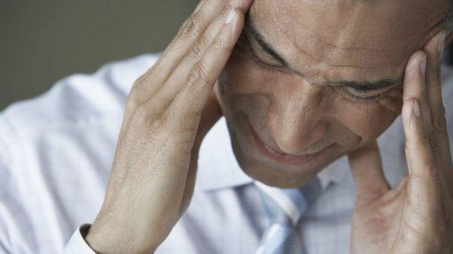 Homem se concentra para tentar melhorar dor de cabeça