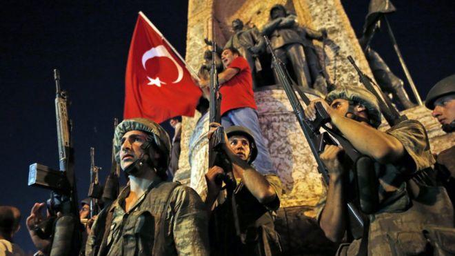 Soldados turcos y defensores del gobierno del presidente Tayyip Erdogan en la plaza Taksim.