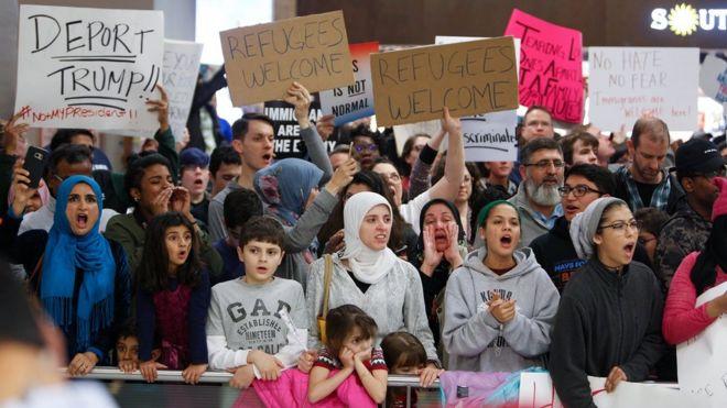 Protesto contra o veto de Trump no aeroporto de Dallas
