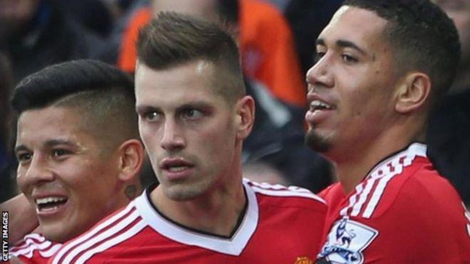 Alinunuliwa na Manchester United kwa kitita cha pauni milioni 25 kutoka Southampton mwezi Julai 2015 chini ya ukufunzi wa Louis van Gaal.