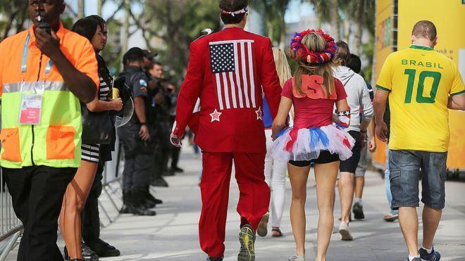 Torcedores dos EUA e do Brasil caminham em rua do Rio de Janeiro durante a Copa em 2014