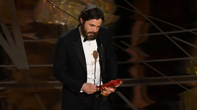 Casey Affleck recibe su Oscar