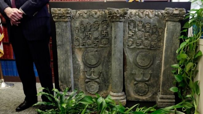 A 2nd Century Buddhist sculpture is displayed during a news conference in the office of the Manhattan District Attorney, in New York (27 April 2016)