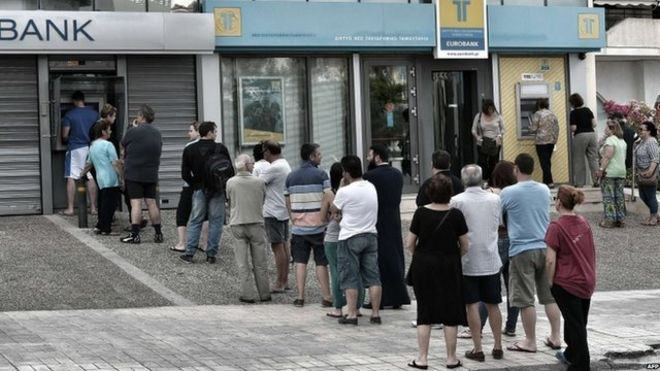 Greeks queue for cash in Athens (27 June)