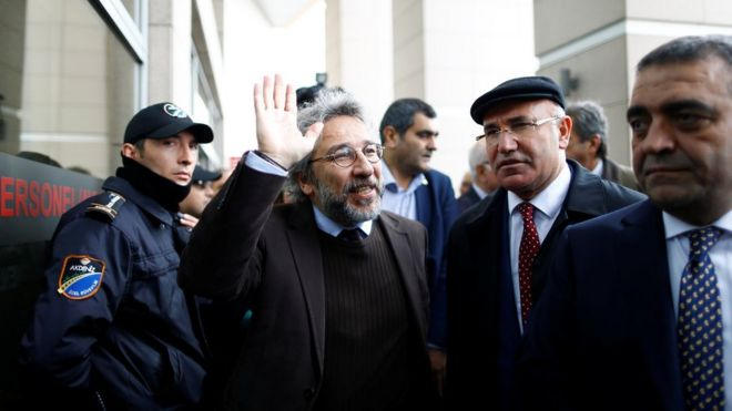 Can Dundar (C), editor-in-chief of Cumhuriyet arrives at the Justice Palace in Istanbul, Turkey May 6, 2016. REUTERS/Osman Orsal