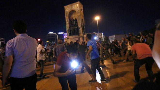 mágenes de televisión mostraban a centenares de personas manifestándose en la calle al tiempo que se podían oír disparos.