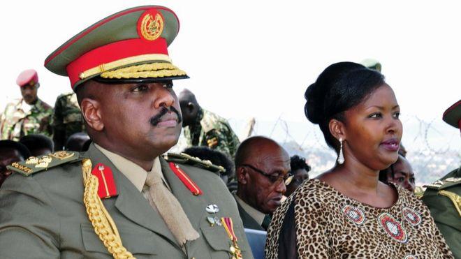 Mwana wa Rais Yoweri Museveni, Meja Jenerali Muhoozi Kainerugaba na mkewe Charlotte Kutesa Kainerugaba alipokuwa anapandishwa cheo kuwa meja jenerali Mei 25, 2016.